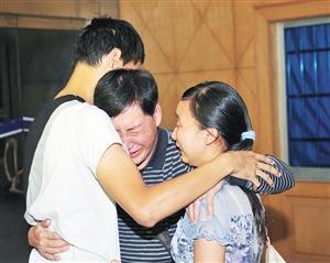 于见到了自己的亲生父亲和姐姐 通讯员 摄-父亲16年苦寻被拐儿子 再
