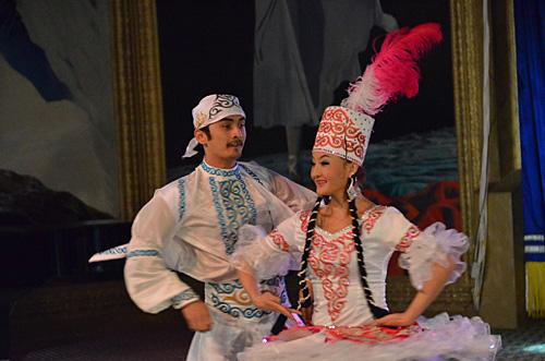 新疆人_《舞蹈新疆》歌舞晚会受欢迎(图)