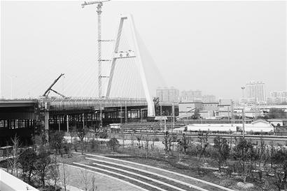 图为:武汉大道上跨越武广高速、京广和合武铁路的陆地斜拉桥。