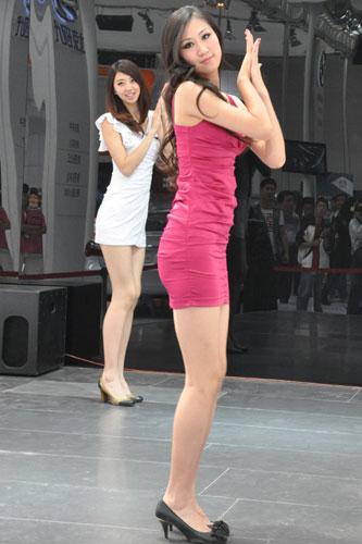 一个美女贴吧看西安美女车展车模排排站皮裤美女不够图片
