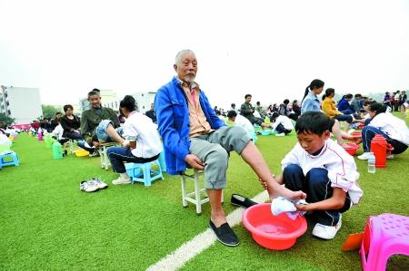 江津区中心医院_300学生给长辈洗脚 39岁爸爸哭得像个泪人(图)-搜狐新闻