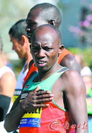 2011年4月18日,一名肯尼亚运动员正在唱国歌。(资料图片)