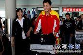 图文:男排载誉归来机场遇冷 李润铭笑得开心