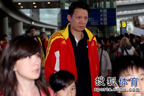 图文:男排载誉归来机场遇冷 王贺兵不减当年