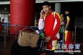 图文:男排载誉归来机场遇冷 陈平打手机