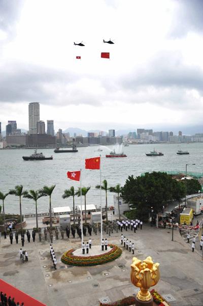 香港逾千市民金紫荆广场观升旗图