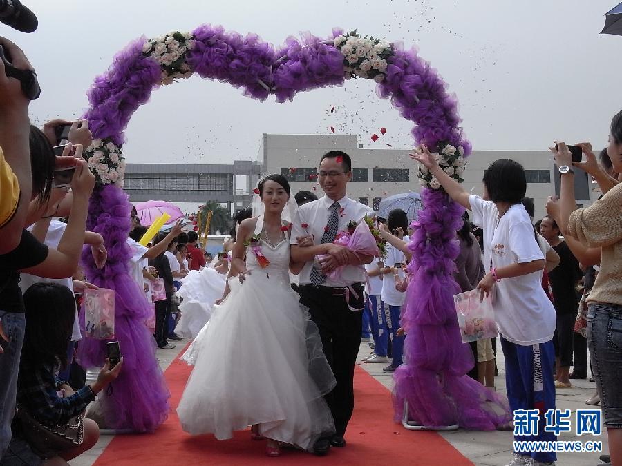 10月1日,广东清远市的新人们参加集体婚礼.当日,广东清远市清