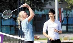 沃兹尼亚奇和蔡■玩起了羽毛球