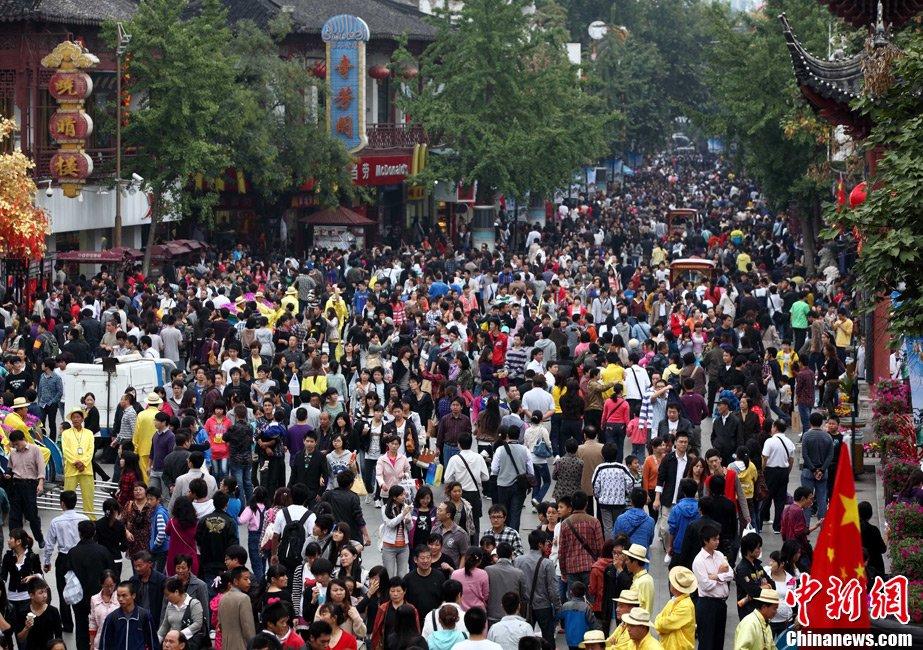 媒体新闻滚动_搜狐资讯    10月1日,江苏南京夫子庙景区内,前来游玩的