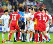 图文:[中超]天津VS长春 主裁判上前调解