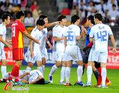 图文:[中超]天津VS长春 李玮锋陈涛讨说法