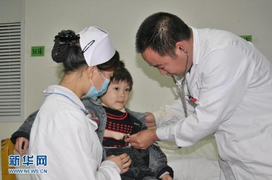 10月2日,幸存的4岁女孩魏娅琴中在兴山县人民医院接受检查。