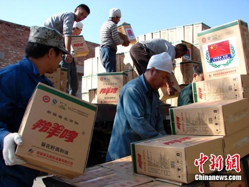 工人们将援助巴基斯坦灾区救援物资装车。 作 者:魏军