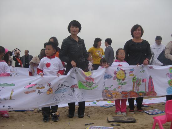50名儿童沙滩创作120米长画 手绘大海庆祝国庆(图)图片