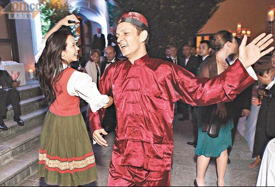 Johannes身穿唐装戴卜帽与Karen翘手跳舞。