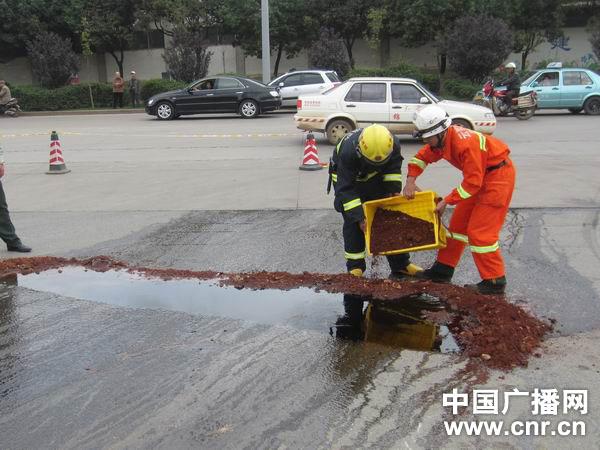 长春砍手门昆明消防奋战2小时处置油罐车汽油泄漏事故 组图
