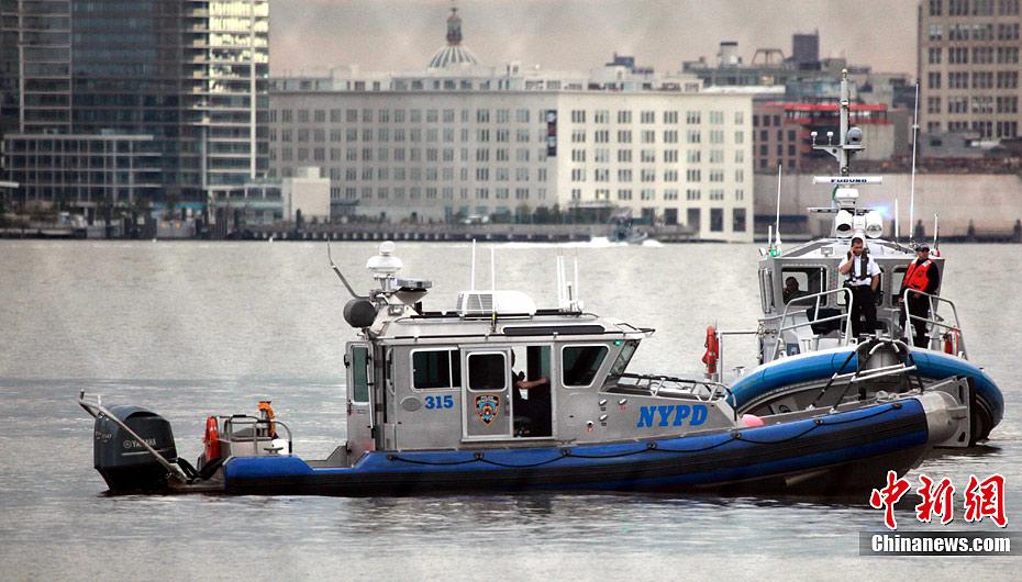 一架直升飞机4日下午三点半在纽约市东河坠毁,机上一名驾驶员和四名乘客中,四人获救,一人遇难。事故原因还在调查中。图为救援现场。中新社发 孙宇挺 摄