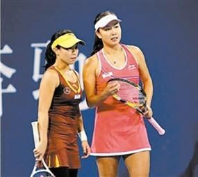 女双选手彭帅(右)/郑洁在中网比赛中稳步前进。