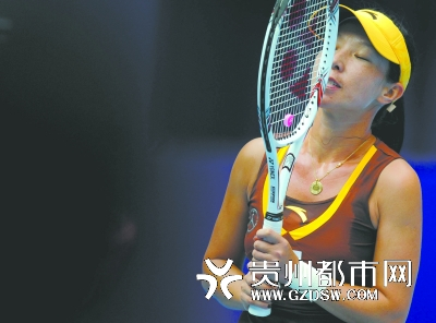 10月5日,郑洁在比赛中失分后神情沮丧。 新华社记者 公磊 摄