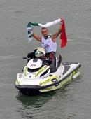 图文:F1摩托世锦赛柳州站落幕 马蒂亚举旗致意