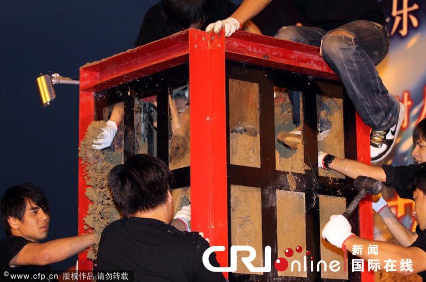 上海:魔术师挑战120小时沙箱生存(高清组图)