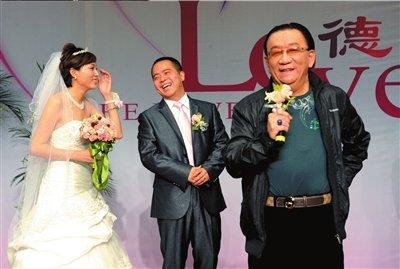侯耀华出席婚礼
