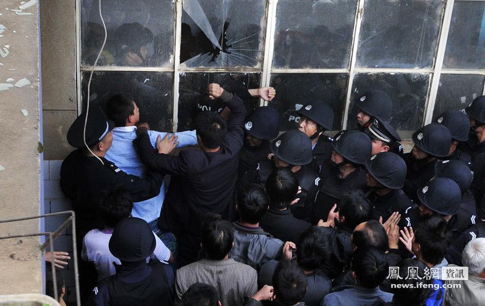 云南17岁学生被30余保安误打死 数百村民讨说法(组图)