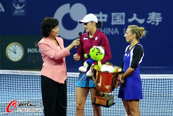 图文:中网女双冠军诞生 斯莱伯尼克回答问题