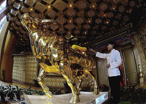 """镇楼之宝号称""""价值3亿元人民币""""的金牛做保洁"""