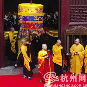 大雄宝殿的送位仪式结束后,光泉方丈前往法堂举行升座仪式。