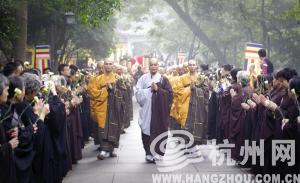 昨天早上7点多,参加升座法会的贵宾陆续到达灵隐寺,由师父领进寺庙。两边,信众夹道欢迎。