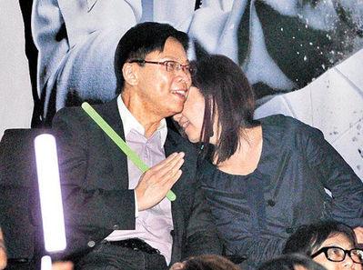乐易玲与陈志云边看演出边耳语。