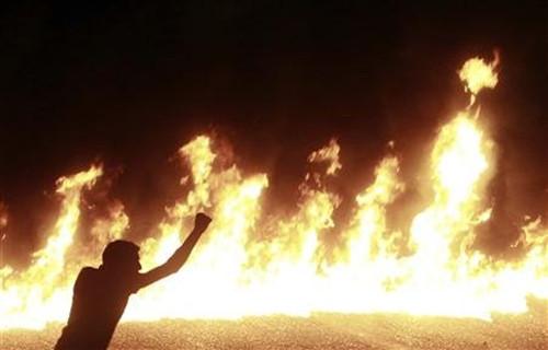 冲突现场火光冲天,浓烟滚滚,仿佛使人置身硝烟弥漫的战场。