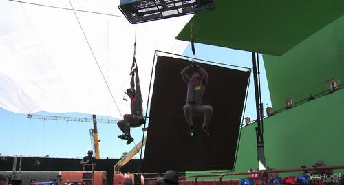 动作捕捉的演员们跳到桥面