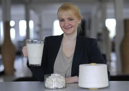 德国汉诺威一位年轻的时装设计师最新推出了用冰箱中的牛奶制成的服装,革新了顶级时尚风潮。