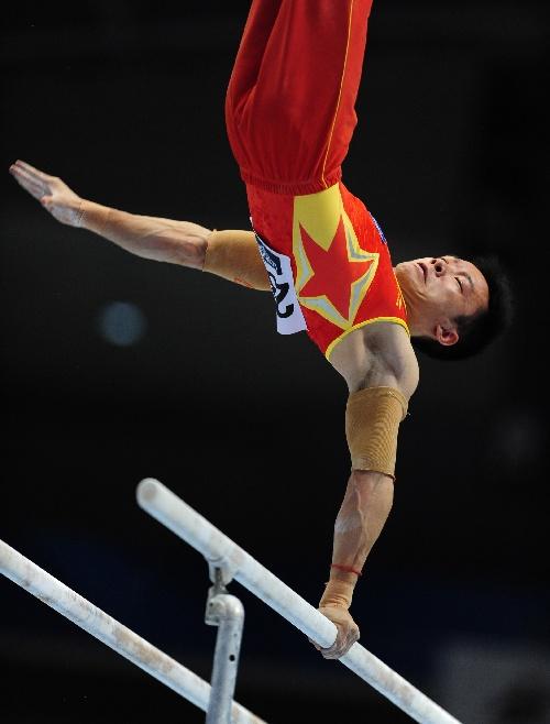 图文:2011东京体操世锦赛 郭伟阳在双杠比赛中