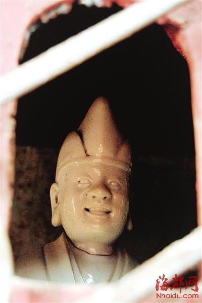 龛内的瓷雕罗汉像惟妙惟肖