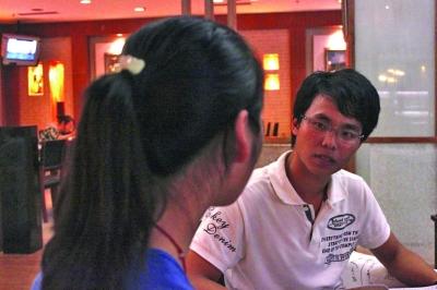 杨恩德表情凝重地为一名女生催眠。 张可 摄