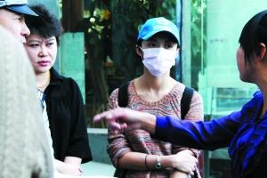 乔装改扮的姚晨随北京电视台外采组走街串巷做采访