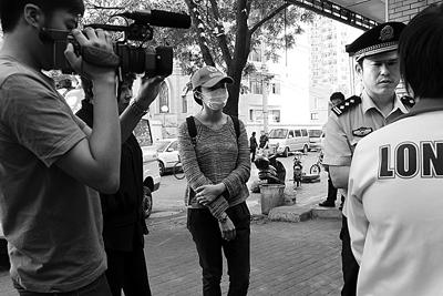 姚晨乔装打扮随记者街头采访
