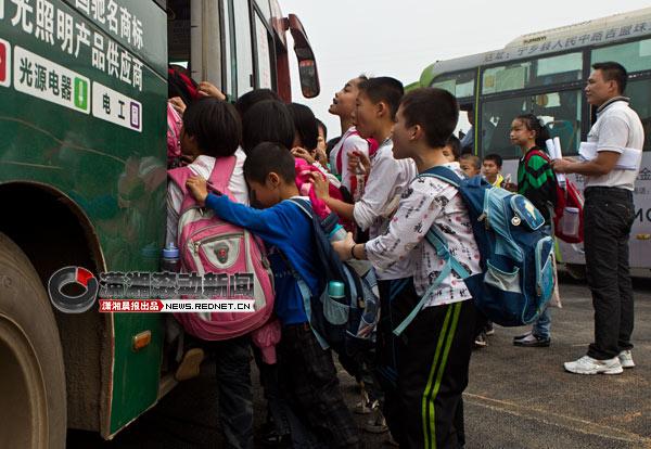 (10月11日,长沙宁乡玉潭镇中心小学的小学在挤公交车.的学生金水区图片