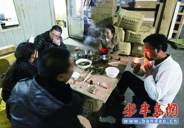 一家人吃饭简笔画