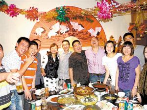 去年除夕夜,留在迪拜过年的东阳人在老乡开的中餐馆里吃年夜饭。