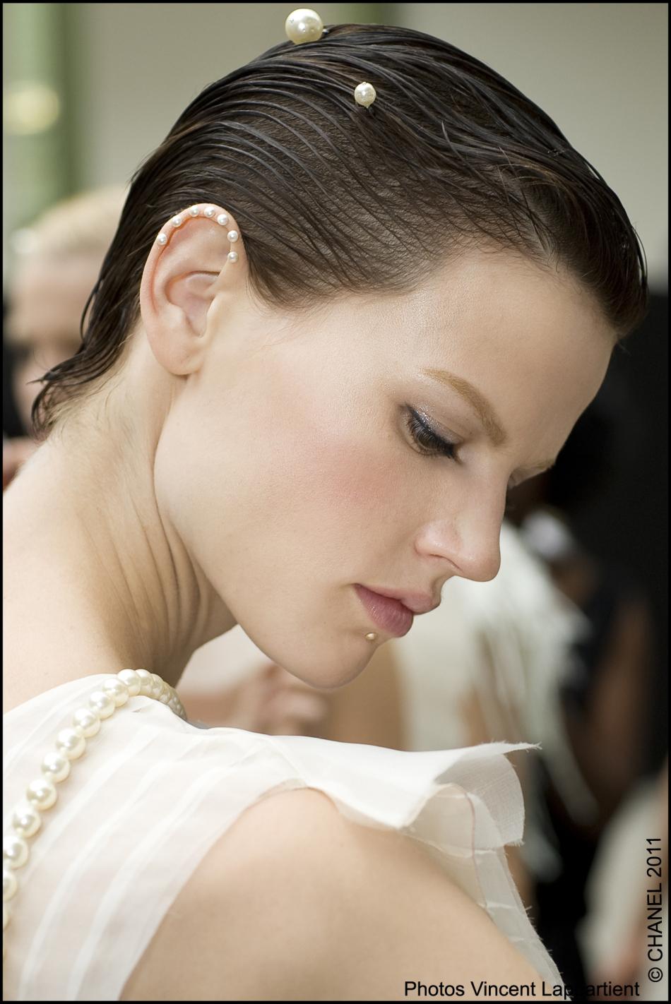 在他那些美丽的手绘图里,一些女孩的耳朵以及沿着脊柱都饰有珍珠.