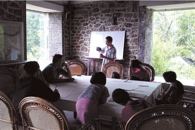 苍山学堂的《易经》课,孩子们或坐或趴在听讲。 苍山学堂供图