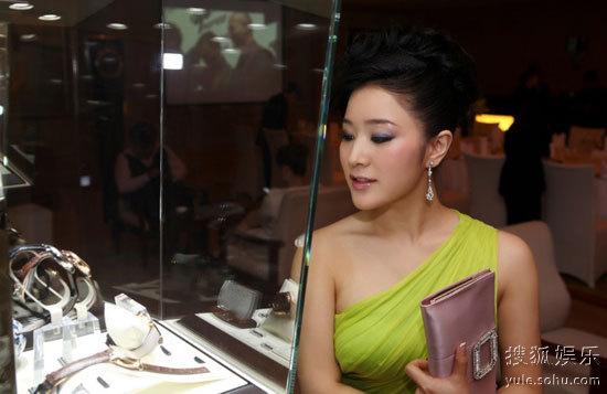 王碧儿出席腕表艺术晚宴 造型高贵优雅