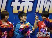 图文:[全锦赛]山东女团登顶 辽宁小将举起奖杯