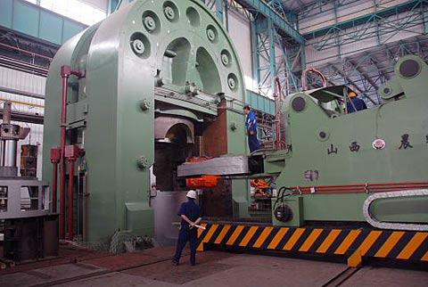 中国建成世界最大油压机 压438吨大钢锭如揉面团
