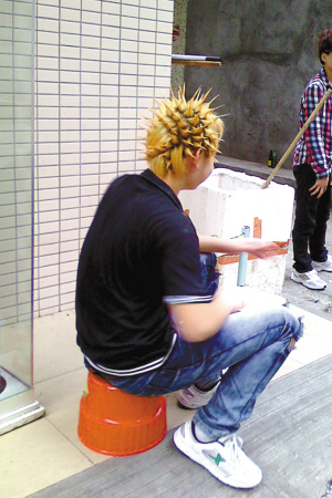 留着菠萝发型的小伙子引人注目图片