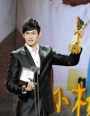 东莞时报讯 北京时间10月11日晚,2011年中国十佳劳伦斯冠军奖在浙江宁波举行盛大的颁奖典礼。游泳名将孙杨收获最佳男子新人与最佳突破运动员两个奖项,成为当晚最大赢家。